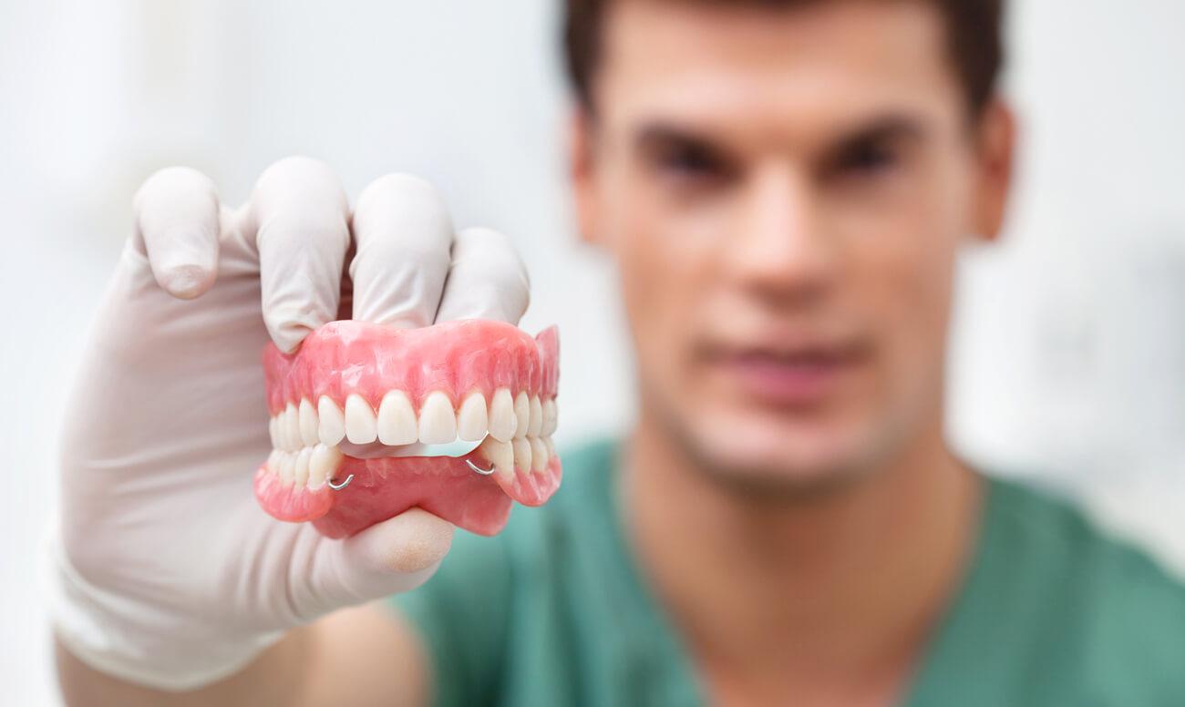 Возможно ли протезирование зубов для пенсионеров бесплатно?