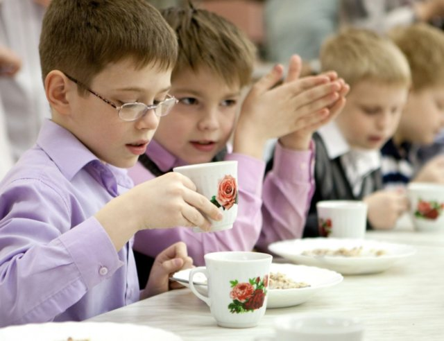 Бесплатное питание в школе: кому положено и каким образом его оформить