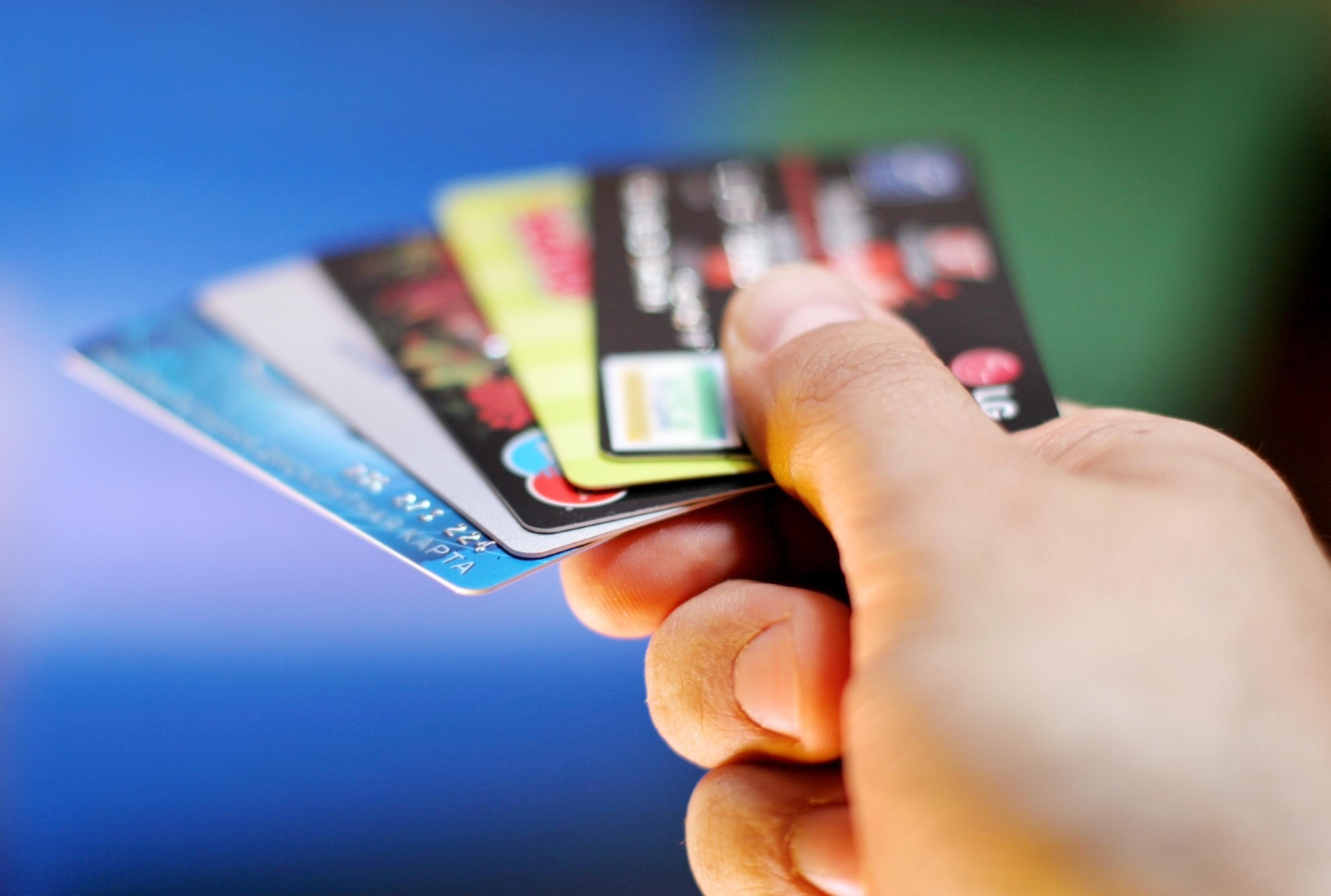 В каких банках и на каких условиях выдают кредитные карты с 21 года?