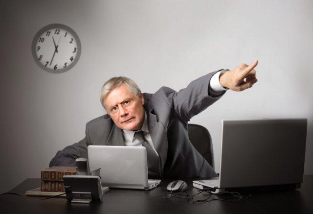 Увольнение пенсионера по инициативе работодателя и расчет выходного пособия