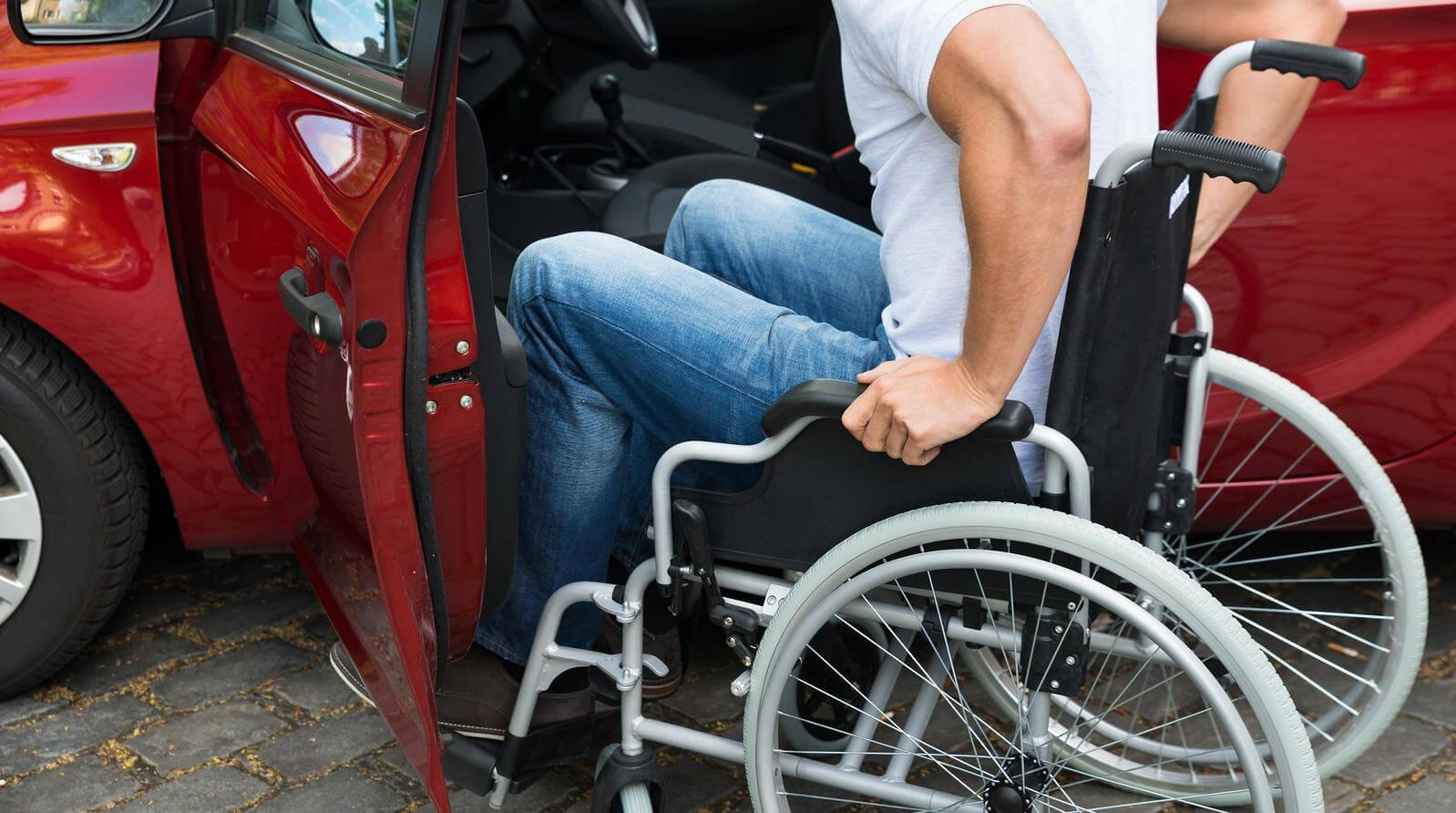 Кто имеет право на знак инвалида на авто, какой размер штрафа за нарушение?