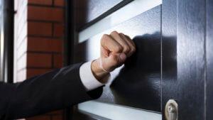Имеют ли право коллекторы приезжать домой и на работу к должнику, чтобы изымать имущество